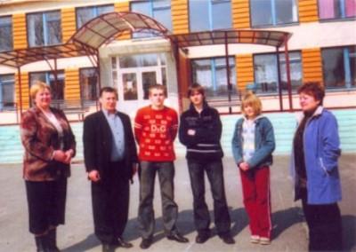 Роланд Кавтарадзе с руководством и учениками школы им. Серго Чихладзе в селе Дубрава