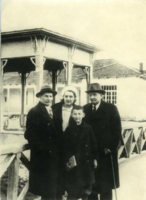 Янка Купала, Якуб Колас, Элико Метехели, Марат Индюков (мальчик). Цхалтубо, 1941 год