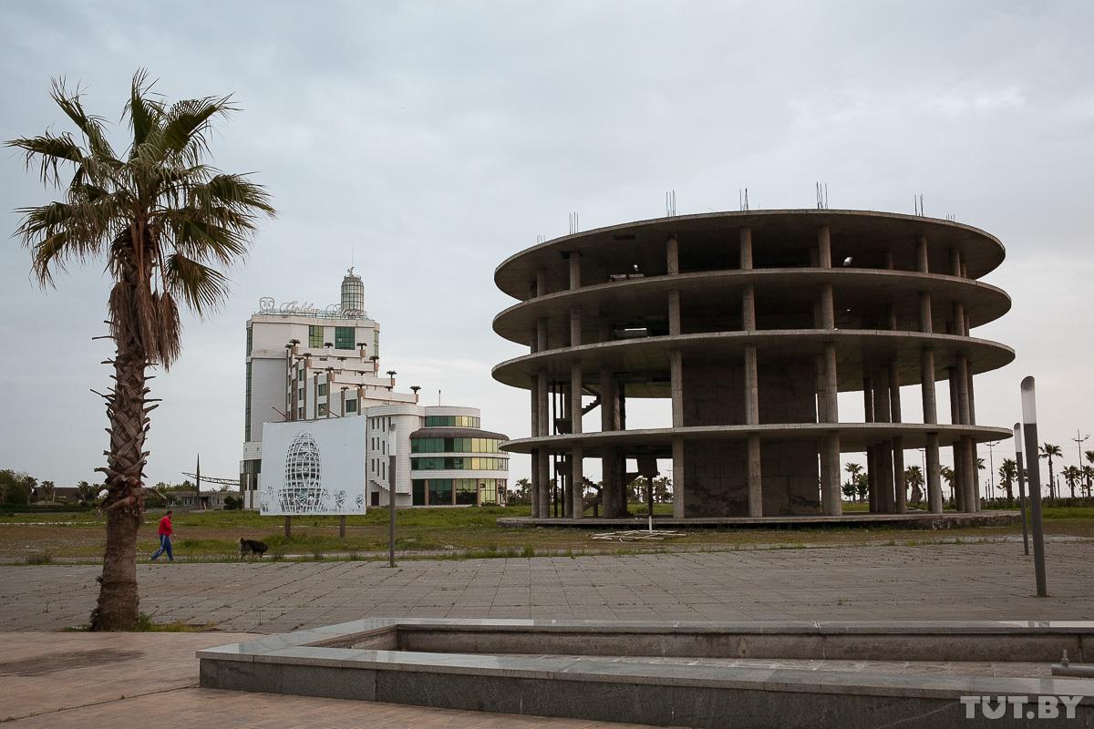 Недостроенное здание и его проект стоят в таком виде уже несколько лет