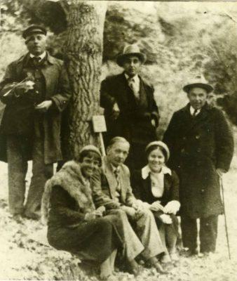 Янка Купала среди отдыхающих в ботаническом саду (сидит внизу). Сухуми, 1938